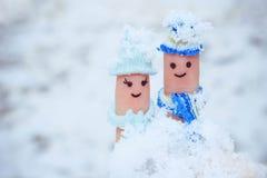 一对愉快的夫妇的手指艺术在雪背景的  库存照片