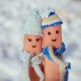 一对愉快的夫妇的手指艺术在雪背景的  免版税库存图片