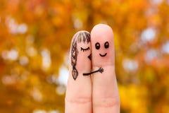 一对愉快的夫妇的手指艺术 女孩亲吻面颊的男孩 库存图片
