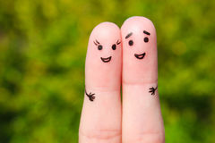 一对愉快的夫妇的手指艺术 男人和妇女在绿色叶子背景拥抱  库存图片