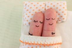 一对愉快的夫妇的手指艺术 睡着的河床夫妇 库存图片