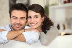 一对愉快的夫妇的纵向 免版税库存照片