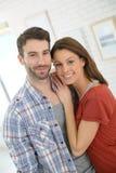 一对愉快的夫妇的画象在家 免版税库存照片