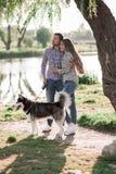 一对愉快的已婚夫妇的晴朗的图片 库存照片
