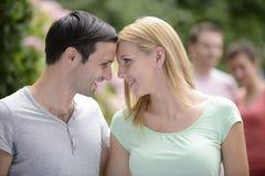 一对愉快的异性爱夫妇的画象 免版税库存照片