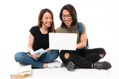 一对愉快的微笑的亚洲学生夫妇的画象 库存照片