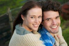 一对愉快的微笑的夫妇的纵向 免版税库存照片