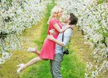 一对愉快的拥抱的夫妇的画象 库存图片