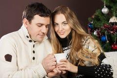 一对愉快的新圣诞节夫妇的纵向 免版税库存图片