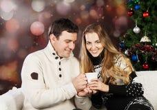 一对愉快的新夫妇的纵向 免版税图库摄影