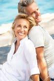 一对愉快的浪漫夫妇的纵向 免版税图库摄影