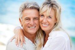 一对愉快的浪漫夫妇的纵向 免版税库存照片