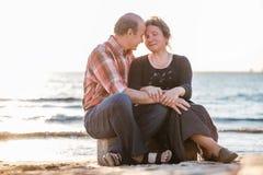 一对愉快的浪漫夫妇的画象户外 免版税库存图片