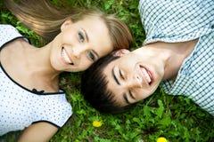 一对愉快的年轻夫妇的Portrarit 图库摄影