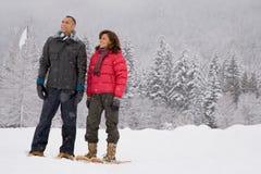 一对成熟夫妇佩带的雪靴的画象 免版税图库摄影