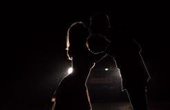 一对新夫妇的剪影在黑暗的 免版税图库摄影