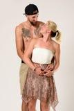 一对时髦的夫妇的浪漫容忍在夏天穿戴 免版税库存图片
