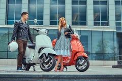 一对有吸引力的浪漫夫妇、一个英俊的人和性感的女性一起花费时间户外反对摩天大楼 走 免版税库存照片