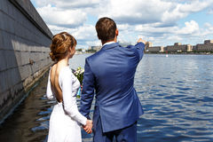一对浪漫夫妇的后面看法由河的在夏天 库存图片