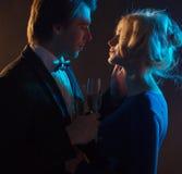 一对浪漫夫妇的黑暗的画象 图库摄影