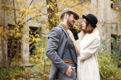 一对爱恋的匪徒夫妇拥抱和看享用它的彼此 户外 减速火箭 库存图片
