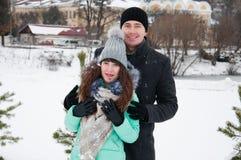 一对爱恋的夫妇下午走在冬天公园 免版税库存照片