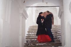 一对爱恋的夫妇在历史视域背景的冬天走  免版税库存照片