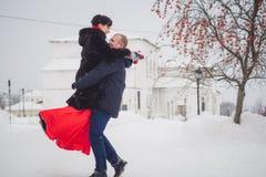 一对爱恋的夫妇在历史视域背景的冬天走  免版税库存图片