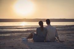 一对爱恋的夫妇在度假 男人和妇女 免版税库存图片