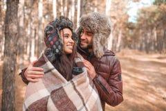 一对爱恋的夫妇在森林里拥抱户外 库存图片