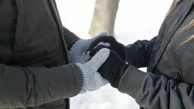 一对爱恋的夫妇在童话冬天风化戏剧雪球 股票视频