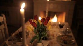 一对爱恋的夫妇由烛光用餐在壁炉附近 股票视频