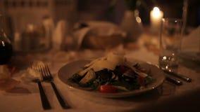 一对爱恋的夫妇由烛光用餐在壁炉附近 影视素材