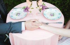 一对爱恋的夫妇的手 3d被生成的图象环形婚礼 库存照片