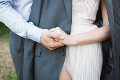 一对爱恋的夫妇的手 3d被生成的图象环形婚礼 库存图片