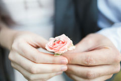 一对爱恋的夫妇的手 3d被生成的图象环形婚礼 免版税库存图片
