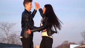 一对爱恋的夫妇跳舞并且获得在路的乐趣,慢动作 股票视频