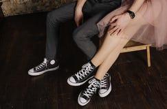 一对爱恋的夫妇运动鞋的脚 免版税库存图片