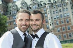一对爱恋的快乐男性夫妇的画象在他们的 免版税图库摄影
