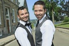 一对爱恋的快乐男性夫妇的画象在他们的 免版税库存图片