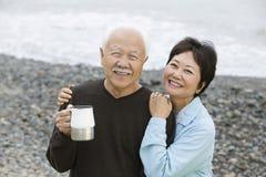 一对爱恋的愉快的夫妇的画象在海滩的 免版税库存图片