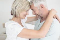 一对爱恋的成熟夫妇的侧视图 库存图片