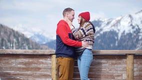 一对站立在山和亲吻背景的年轻夫妇游人  股票视频