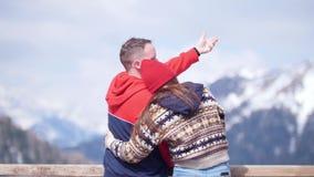 一对站立在山背景的年轻夫妇游人  享受看法和拥抱 股票视频