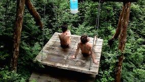 一对美好的夫妇休息本质上在摇摆的在森林里放松,夏天,温泉 影视素材