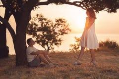 一对美好的夫妇在公园一起花费时间 免版税库存照片