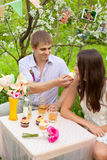 一对美好的夫妇的浪漫画象在爱的 免版税库存照片