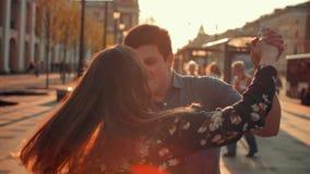 一对美好的夫妇,人和女孩,跳舞 股票视频
