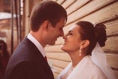 一对美好的婚礼夫妇的剪影在黑暗的背景中 减速火箭或葡萄酒样式 库存照片