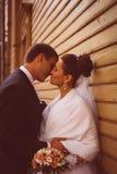 一对美好的婚礼夫妇的剪影在黑暗的背景中 减速火箭或葡萄酒样式 免版税图库摄影